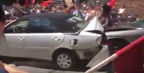 """شاهد.. لحظة دهس سيارة لعدد من المتظاهرين في ولاية """"فرجينيا"""" الأمريكية"""
