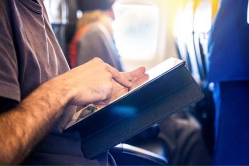 """""""الطيران المدني"""": منع الأجهزة اللوحية واللابتوب كعفش يدوي على الرحلات المتجهة لأمريكا"""
