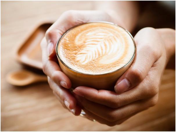 تناول القهوة الصباحية يوميًا في الخارج أمر مكلف أيضًا، فمهما كان ثمن القهوة رخيصًا، فإن تناولها بشكل يومي يمثل عبئًا على الميز