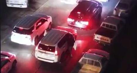 فيديو صادم.. لصوص يسرقون سائقي السيارات عنوة أمام الجميع