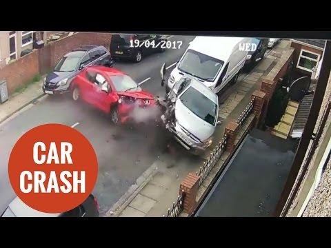 لقطات مروعة لسيارة مسرعة تصطدم بـ 4 سيارات