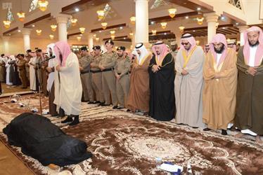 بالصور.. أمير حائل يؤدي صلاة الميت على شهيد الواجب الرقيب عبيد الشمري