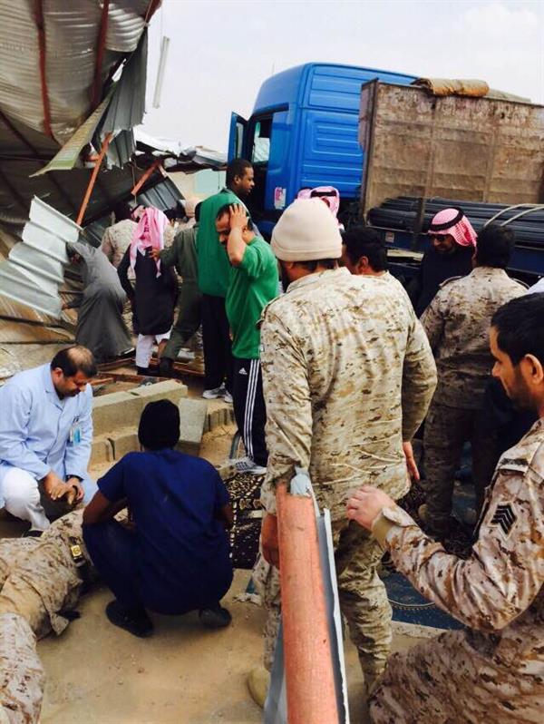 شاحنة تقتحم مصلى فتقتل شخصاً وتصيب 5 بإصابات خطيرة (صور)