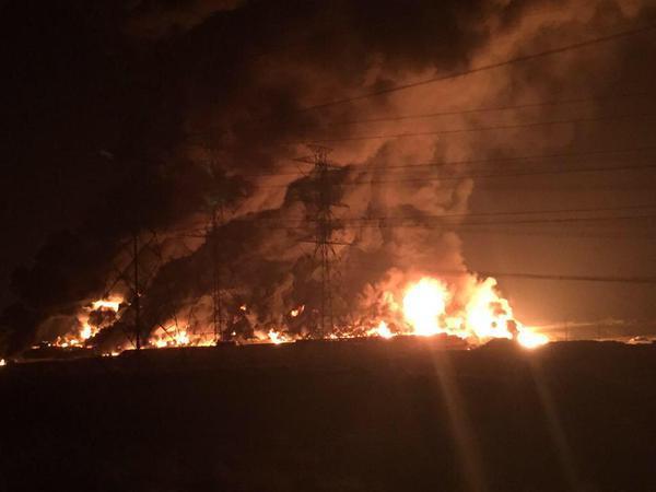 بالفيديو والصور.. حريق ضخم في موقع تابع لشركة صناعية بالجبيل