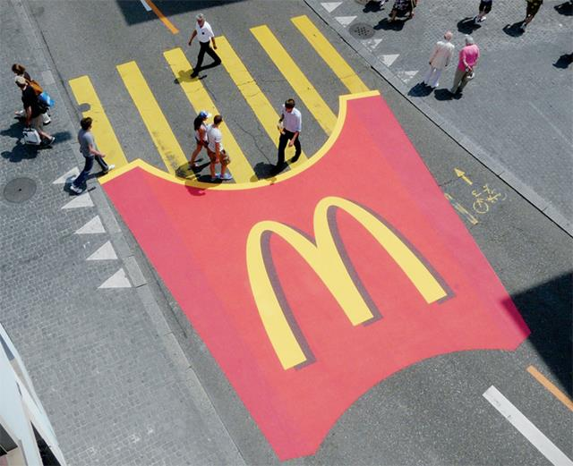 بالصور -أغرب حملات إعلانية نُفذت بالشوارع والطرقات العامة