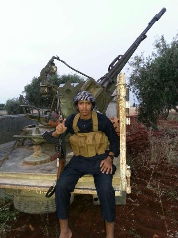 أصغر مطلوب في قائمة الـ16 يظهر في عدة صور في أماكن الصراعات