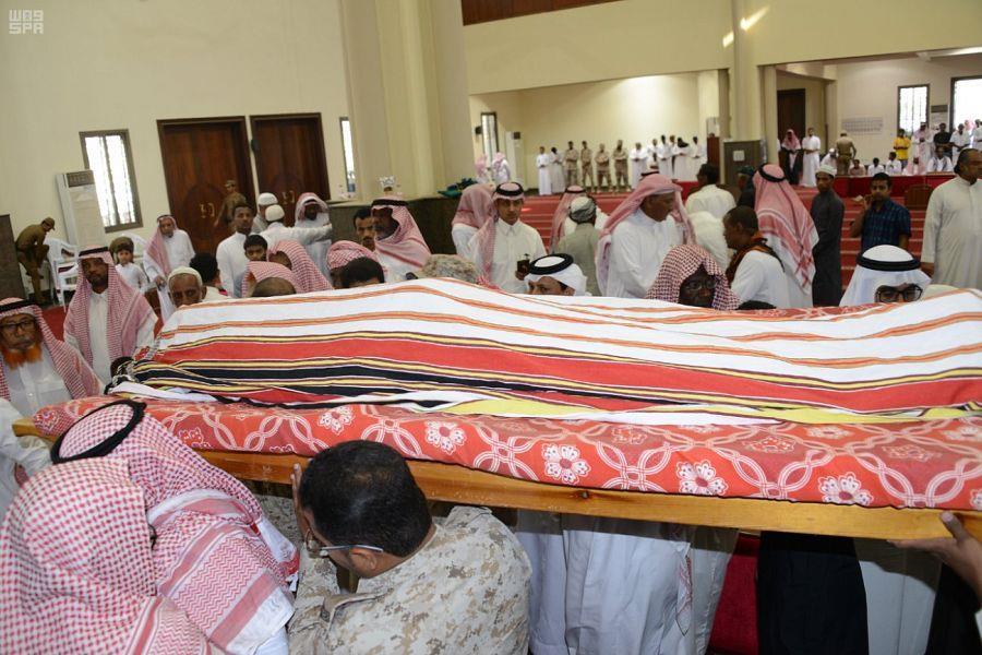 """قبلة وداع من ذوي الشهيد """"المجرشي"""" على جبينه بعد الصلاة عليه.. بحضور نائب أمير جازان (صور)"""