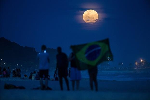 """أحد شواطئ مدينة """"ريو دي جينيرو"""" البرازيلية."""