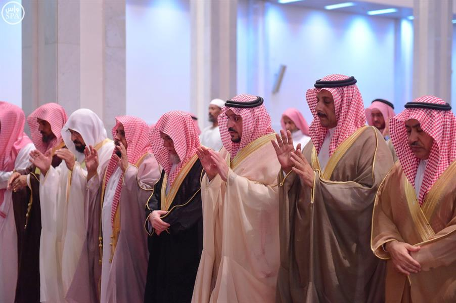 صورة للمصلين وهم يؤدون صلاة الاستسقاء
