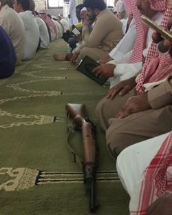فيديو لمسن يدخل مسجدا بسلاحه يثير الجدل