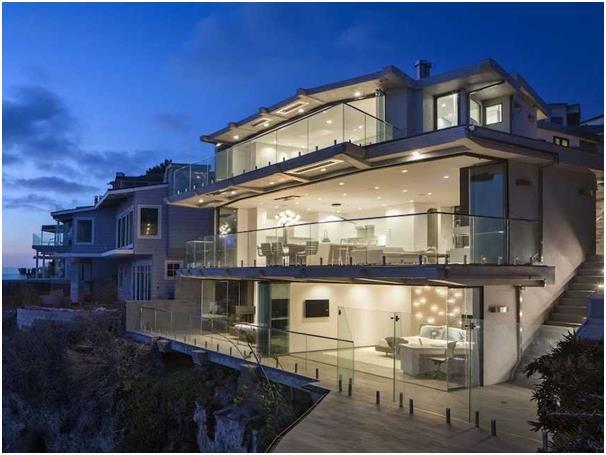 """يمكن التحكم في مناخ وإضاءة هذا المنزل الواقع في مدينة """" لاغونا بيتش"""" بولاية """"كاليفورنيا، من خلال شاشات مثبتة حول المنزل، إضافة"""
