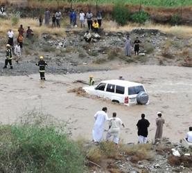 إنقاذ شخص احتجزته السيول داخل سيارته في رجال ألمع