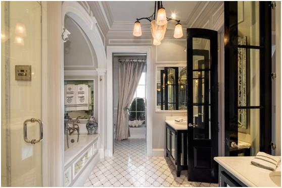الحمام الرئيسي بالمنزل .