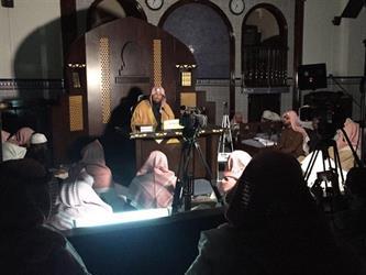 الشيخ الغفيص يلقي درسه بالرغم من انقطاع التيار الكهربائي بجامع عثمان بالرياض (فيديو وصور)