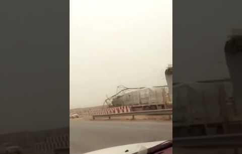 شاحنة تسقط أحد أبراج كهرباء الضغط العالي على طريق الخرج الرياض (فيديو)