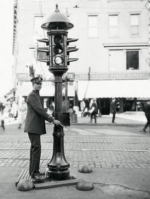 وتم إضافة الأجراس إلى نظام الإشارة لتنبيه السائقين بقرب تغير اللون، لكن تم استبدالها فيما بعد باللون الأصفر في عام 1918 وهو ال