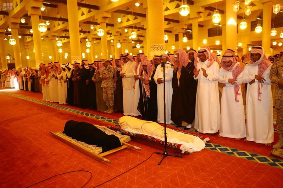 الأمير مقرن وأمير الرياض يؤديان صلاة الميت على الأمير بدر بن سلمان بن سعود ووالدة الأميرة نوف بنت سعود