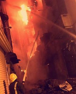 شاهد.. النيران تلتهم عدة مبانٍ في منطقة البلد بجدة.. والدفاع المدني يحاول السيطرة على الحريق
