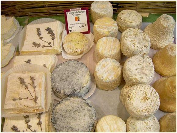 يتناول الفرنسيون الخبز والجبن يوميًا، وهم يولوّن أهمية خاصة لمصانع الخبز ، حتى أنهم سنوا قوانين خاصة به، وهناك قواعد صارمة عن