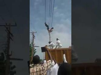 بالفيديو.. سوداني يحاول الانتحار بالتعلق بأسلاك الكهرباء.. وانقطاع التيار ينقذه قبل القبض عليه