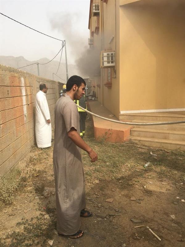 برمي الحجارة على المكيفات لإيقاظهم.. مواطن ينقذ 3 عوائل من الموت بعد حريق شب في عمارتهم بمحايل (صور)