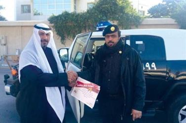 مدير المدرسة يكرم رجل دورية أمنية