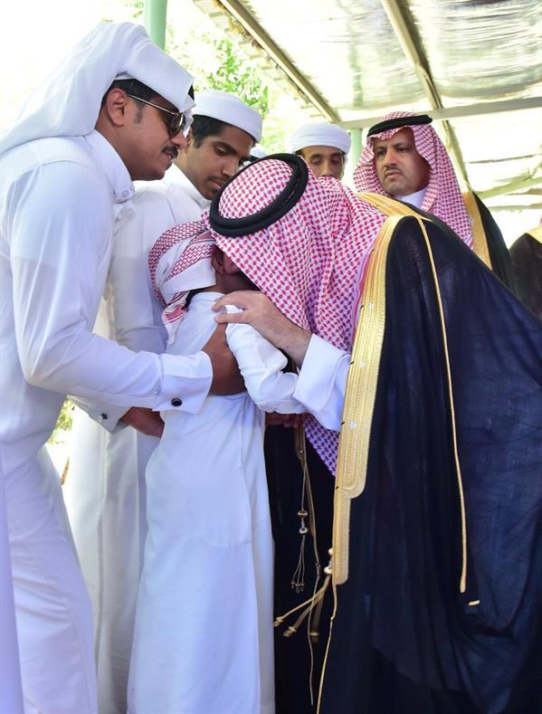 بالفيديو والصور.. أمير نجران يعزي أسرة مواطن توفي مع طفليه في حريق الفيصلية