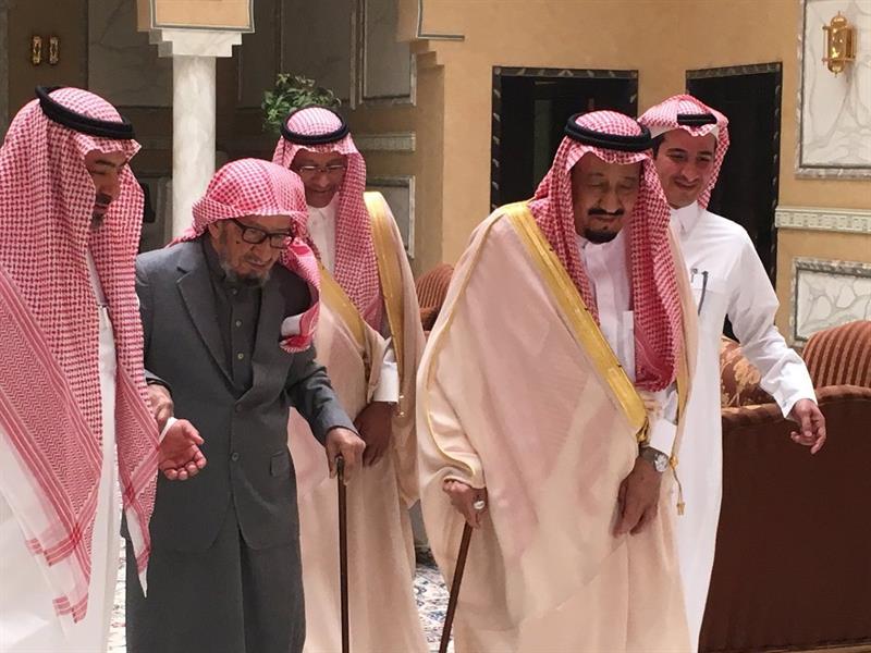 خادم الحرمين يزور الشيخ الشثري في منزله لتعزيته في وفاة شقيقته