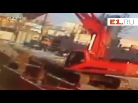 لحظة سقوط جرافة على رأس عامل روسي