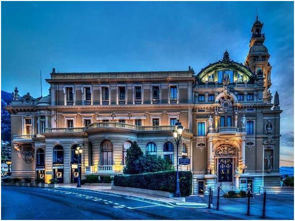 """أما منطقة """"مونت كارلو"""" في إمارة """"موناكو"""" الواقعة على ساحل البحر المتوسط، فقد يصل سعر الغرفة الفندقية فيها إلى 442 دولارّا."""
