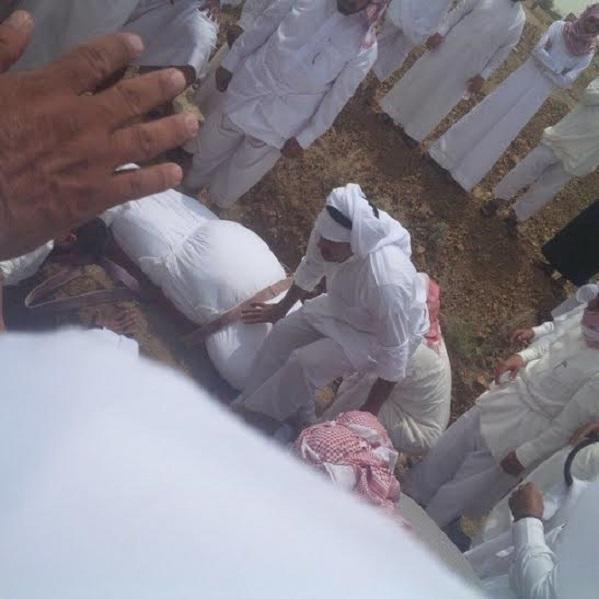 """بالصور.. عائلة تلجأ إلى """"ونش"""" في دفن ابنها بسبب السمنة المفرطة"""