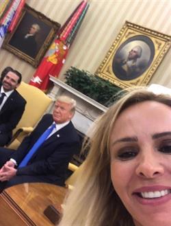 """مراسلة لبنانية تلتقط """"سيلفي"""" مع ترمب والحريري في البيت الأبيض (صورة)"""