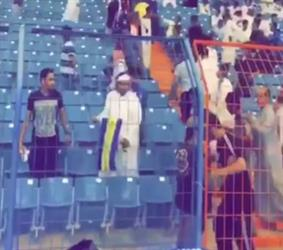 فوضى عارمة في مدرجات ديربي الرياض بعد السماح لجماهير الهلال بالجلوس في مدرجات النصر (فيديو وصور)
