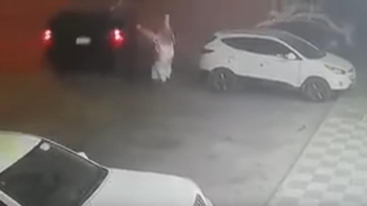 بالفيديو.. لص يستولي على سيارة تركها صاحبها في وضع التشغيل أمام صيدلية بالرياض