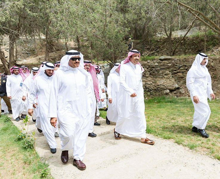 شاهد.. أمير الباحة يقيم مأدبة غداء للأمير سلطان بن سلمان في منتزه داخل غابة