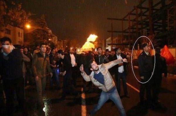 صورة تفضح تواطؤ الشرطة الإيرانية مع مواطنيها مقتحمي السفارة السعودية