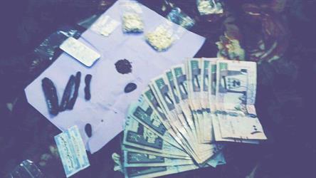"""""""المكافحة"""" تطيح بمروج مخدرات يستغل مواقع التواصل للإيقاع بالشباب في الرياض"""