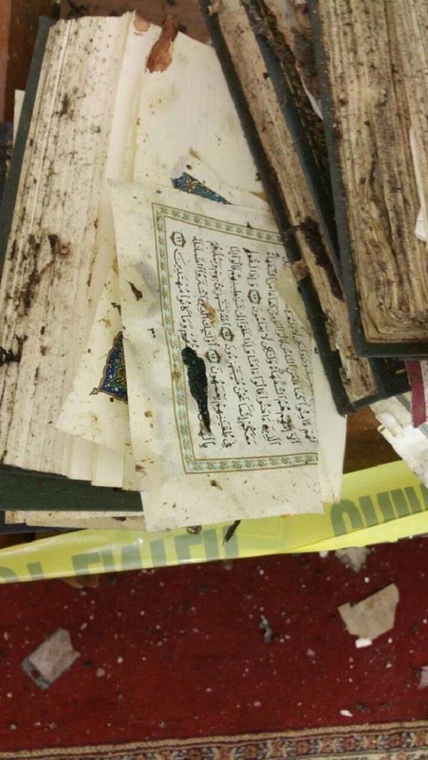 """بالصور.. مصاحف مسجد """"الطوارئ"""" تختلط بدماء شهداء التفجير الانتحاري"""