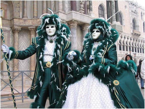 """يعقد كرنفال """"دي فينيسيا"""" في مدينة البندقية بإيطاليا سنويًا، وتعد الأقنعة سمة أساسية من هذا الكرنفال، إذ يرتديها المحتفلون حتى"""