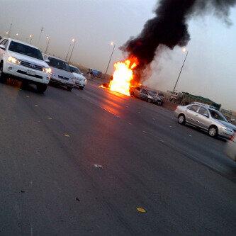 بالصور.. السيطرة على حريق شاحنة وسيارة بالقرب من الجسر المعلق بالرياض