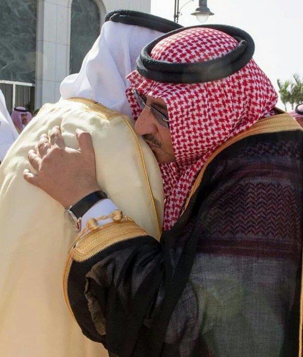 صورة ولي العهد مقبلاً كتف أمير مكة