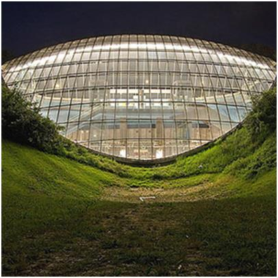 """محطة """"St. Quirin Platz""""، وتقع في ميونيخ في ألمانيا، صممها المعماريان """"هيرمان"""" و""""أوتل""""، هيكلها الخارجي مصنوع بالكامل من الزجاج،"""
