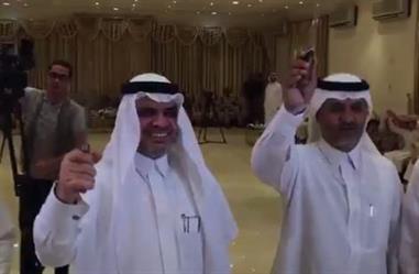 بالفيديو.. وزير التعليم يكرّم أبناء شهداء الواجب في تعليم نجران . ويشارك في أداء العرضة