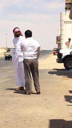 بالفيديو والصور.. مواطن يضرب عاملاً  بقسوة.. ومغردون يطالبون بالقبض عليه ومحاسبته