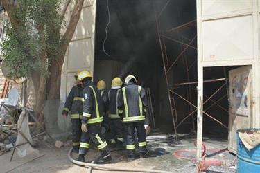 """شاهد.. مدني الرياض يخمد حريقًا في ورشة نجارة بـ""""الفيصلية"""""""