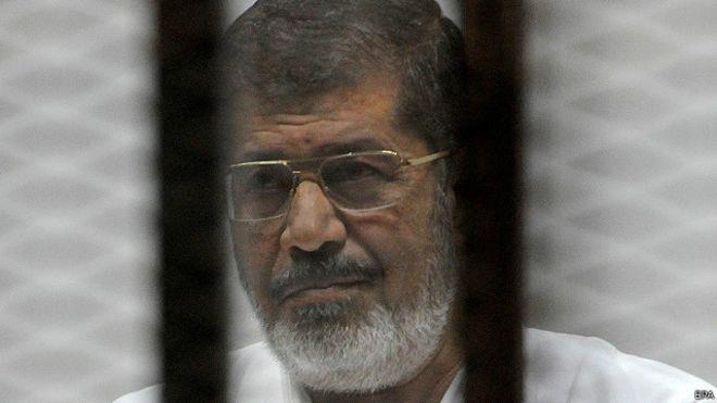 محمد مرسي له اندېښمنوونکي روغتيايي حالت سره لاس او ګرېوان دی