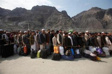 مواطنون أفغان ينتظرون العودة إلى بلادهم من معبر حدودي في باكستان