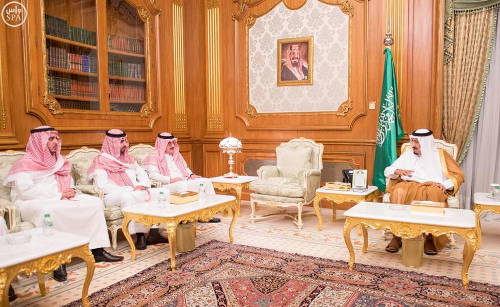بالفيديو والصور.. خادم الحرمين يؤدي صلاة الميت على الأمير نواف بن عبدالعزيز