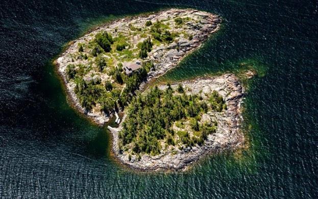 """جزيرة Double Island أو """"الجزيرة المزدوجة"""" في مقاطعة """"أونتاريو"""" الكندية بالقرب من العاصمة """"تورنتو""""، وقد اكتسبت اسمها من تكوينها"""