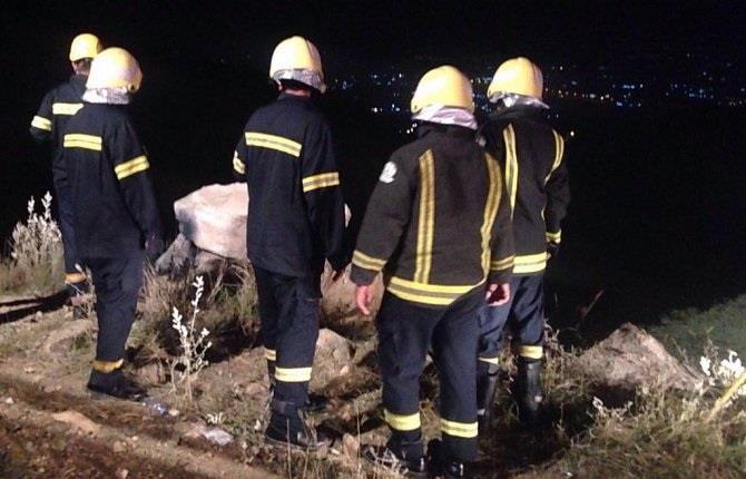 بالصور.. مدني جازان ينتشل جثة شخص وينقذ مصابين سقطت مركبتهم من مرتفع